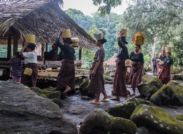 Lewokluokwomenbringingofferings